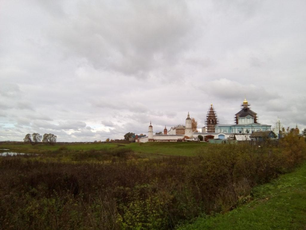Вид на храм близлежащего поселка Старо-Бобренево. Его и г.Коломна разделяют колхозные поля моркови и картофеля!