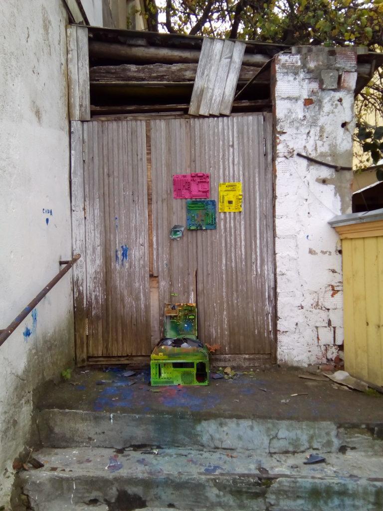 """- Арт стиль, было подумал я! Но увидев рядом с этим странным местом две пустые бутылки из под водки, ничего кроме """"Идиоты"""" мне в голову почему то не пришло! Это на улице, что ведет к Коломенскому кремлю!"""