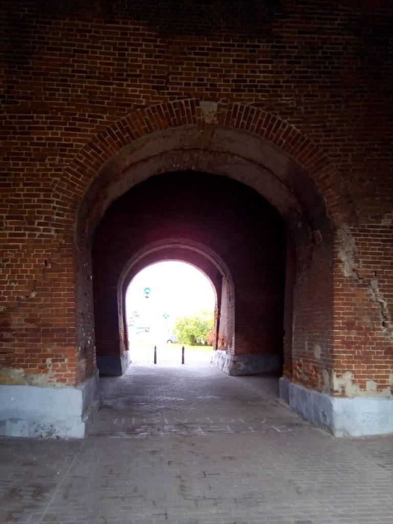 Под арками входа чувствуешь себя жителем средневековой Руси, словно входишь в запретный город, где местные жители в ожидании войн с татарами готовятся к новой битве! Кирпич старый, многие входы обвалены.