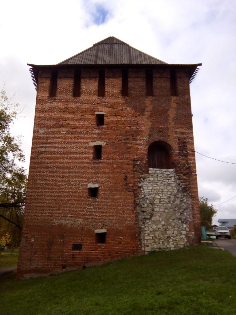 Старые башни Коломенского кремля завалены белым камнем! Все осыпано и в плачевном состоянии!