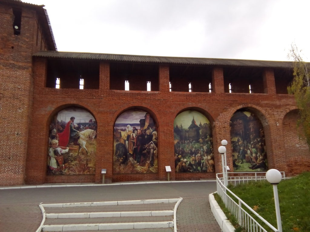 У главного входа в Коломенский кремль большие иллюстрации исторических картин!