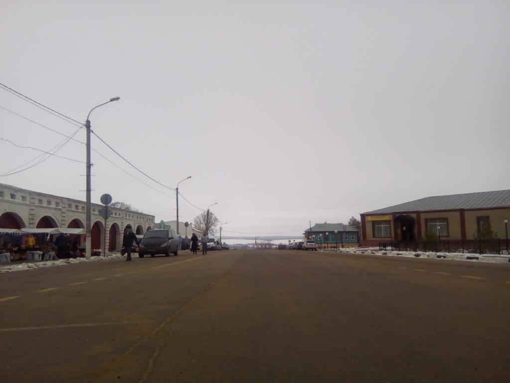 Главная улица Зарайска очень широкая, похожа на площадь! В конце улицы резкий спад к реке Осетр, левее Зарайский кремль!
