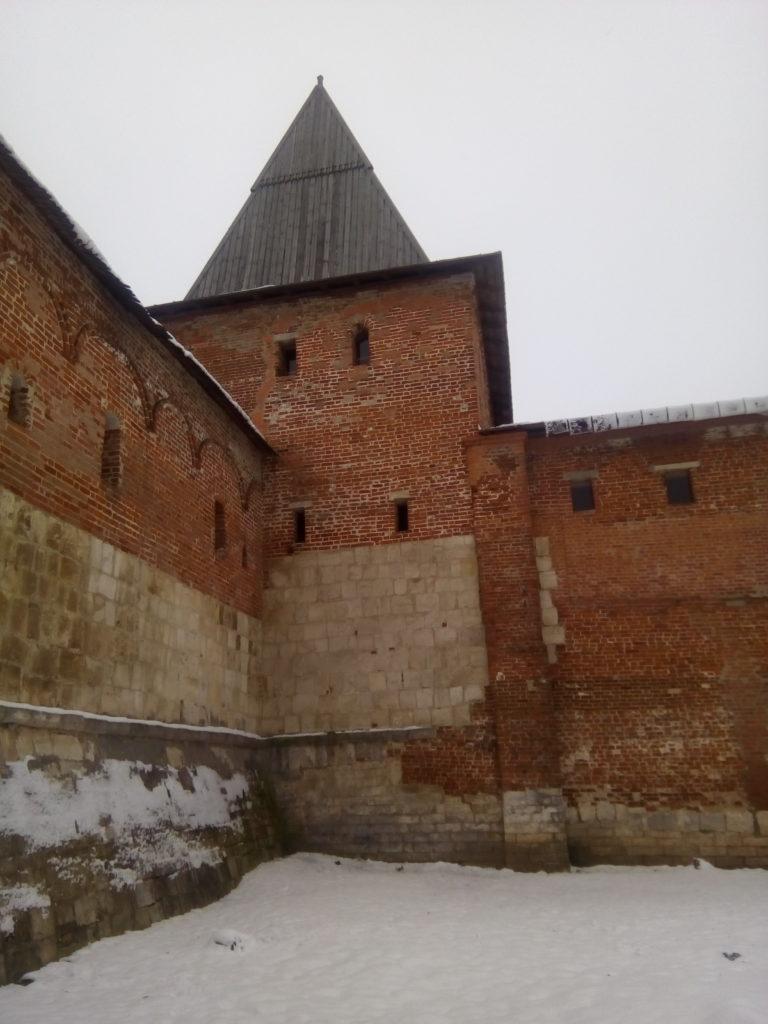 Стены Зарайского кремля! Белый камень стоит века.