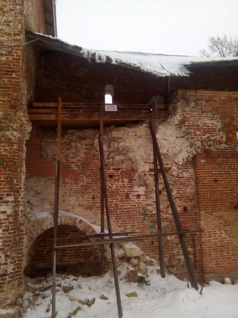 Стены старого кремля разваливаются, сыпятся!