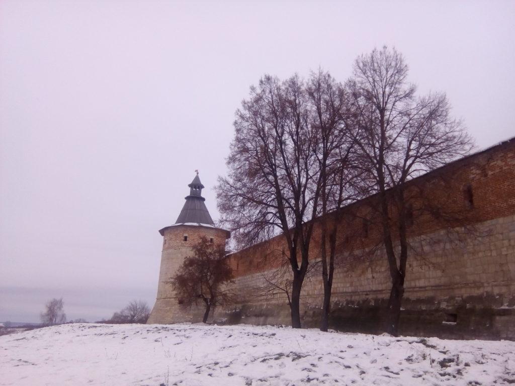 Стены кремля с видом на дальние просторы за рекой Осетр!