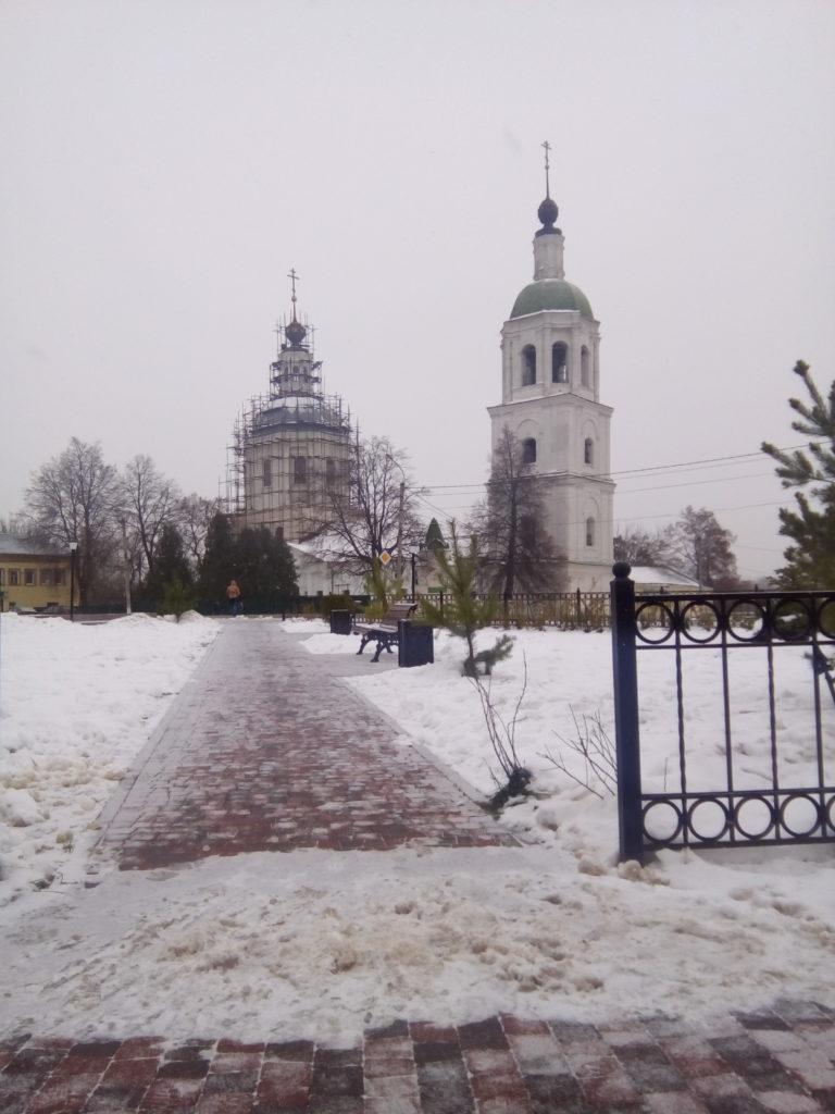 Вид на этот же храм через небольшой парк! Все так же центр города!