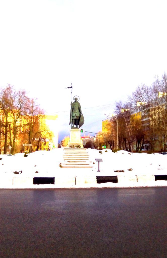 Неподалеку сразу встречает памятник с копьем и щитом!