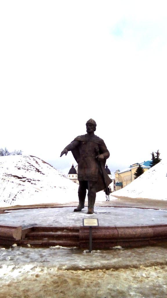 Город маленький, я выхожу на главную площадь, где находится заповедник-кремль Дмитровский! На площади памятник!