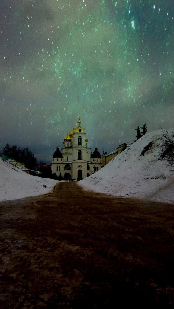 Двигаюсь на территорию заповедника-кремля! Здесь современные храмы, памятники и много туристов! Немного обработал фотографию в фотошопе, для эффекта)