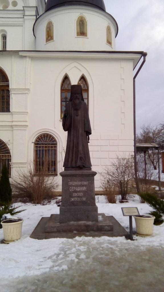 Памятник у храма