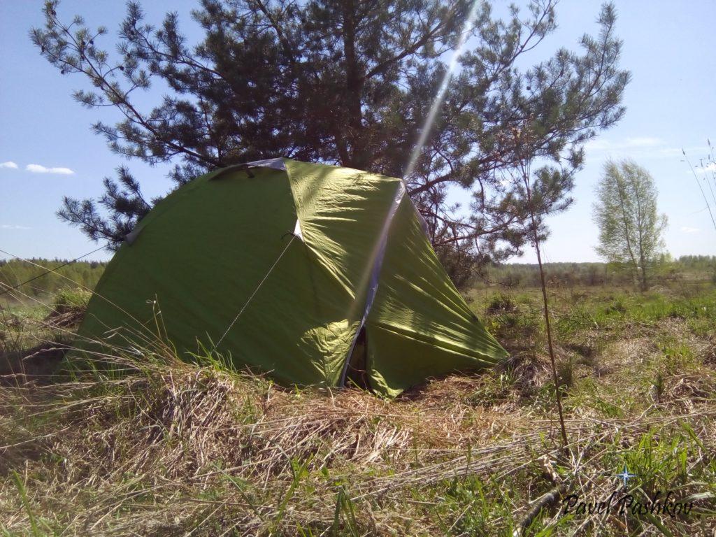 Мы выехали на маршрут 6 Мая, поставили палатку с отличным видом в тени молодой сосны! В лесу вставать не стали, виды не те. Уже на следующий день (7 Мая) двинемся на фестиваль!